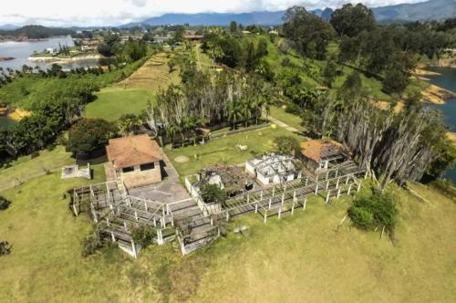 finca La Manuela, ubicada en El Peñol (Antioquia), antigua propiedad del narcotraficante Pablo Escobar1